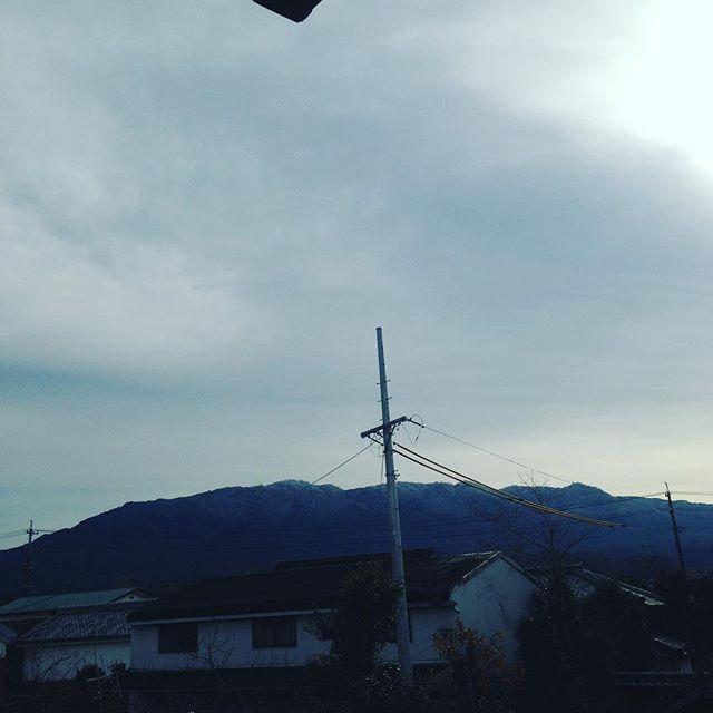 今日は、山頂は薄っすら白くなりました!風向き次第で...