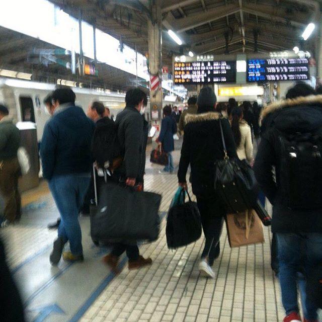 朝一にハウスの温度管理してから東京に野菜配達して午後から帰宅してまた出荷!水菜とか出しました!時間帯もあるけど、さほど混み合ってない東京駅 リニアが走り始めたら都内配達も早くなるね〜また来月直送配達
