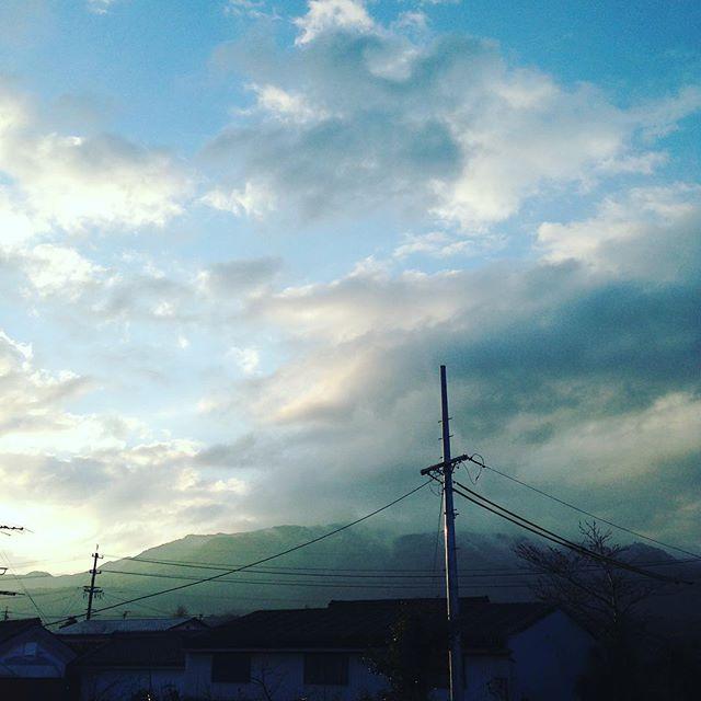 朝から山の頂上付近は、雪景色となりました!寒の戻りで寒い朝です。シート剥がしは、様子見です!