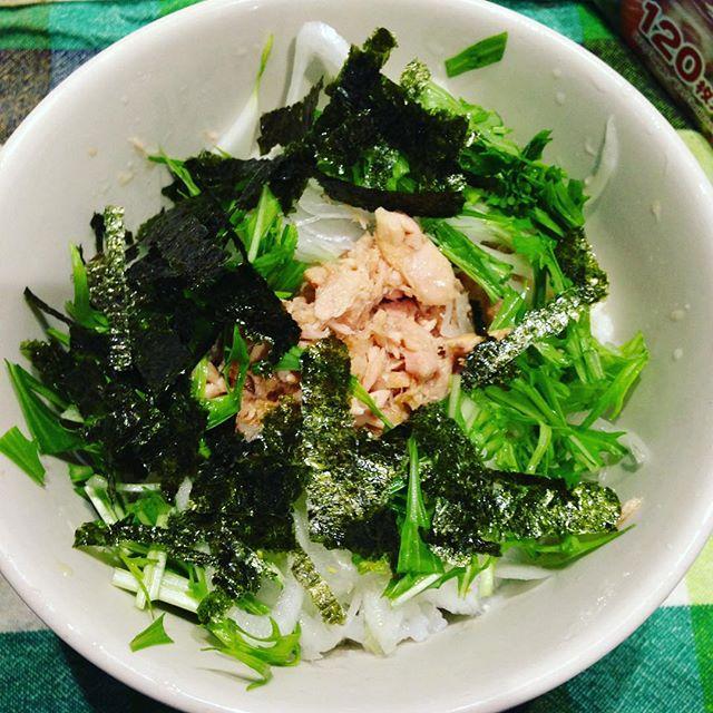 ご飯にサラダ玉ねぎスライス、水菜、ツナ缶、刻みのり、麺つゆをかけた簡単朝食