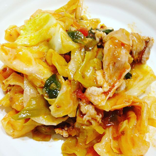 キャベツ、サラダ玉ねぎ、豚肉を使い、スパゲティミートソースを混ぜたら簡単なおかず!お好みで、チーズとタバスコをかけて食べます。