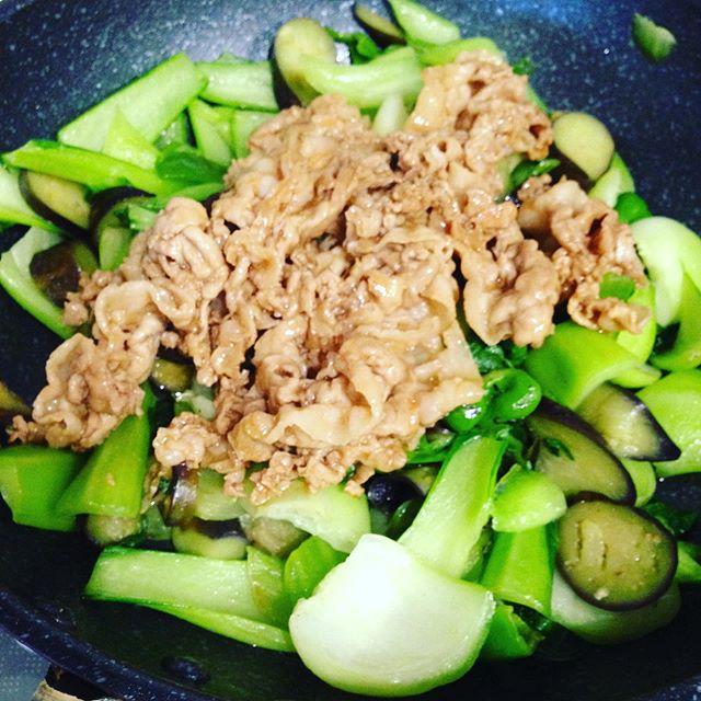 お昼ご飯は、チンゲン菜、ピーマン、長茄子の小さいサイズを輪切り、豚肉オイスターソースで炒めて食べます。茄子は油と相性が良く最初に炒めて、肉は別に炒めます!