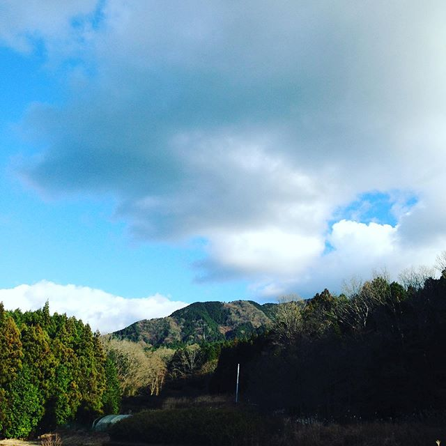 電柱1本目建ちました!ここまで、電気が到達するまで2桁は必要です新しく開拓している場所まで電線を引いて行きます!トヨタさんが、近未来都市を富士に開発するそうです!ある人の話で近く静岡に視察決定!早く止めれば傷口は小さいが、一度スタートすればコンプリートまで止まらない!