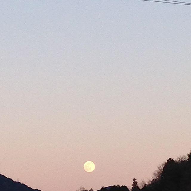 日が暮れまん丸の月が見えて来ました!