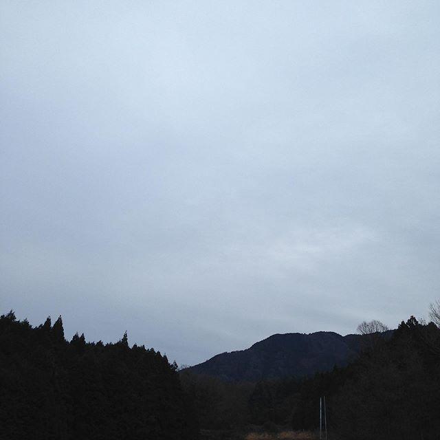 気温1℃曇り空風はなくどんより模様です。