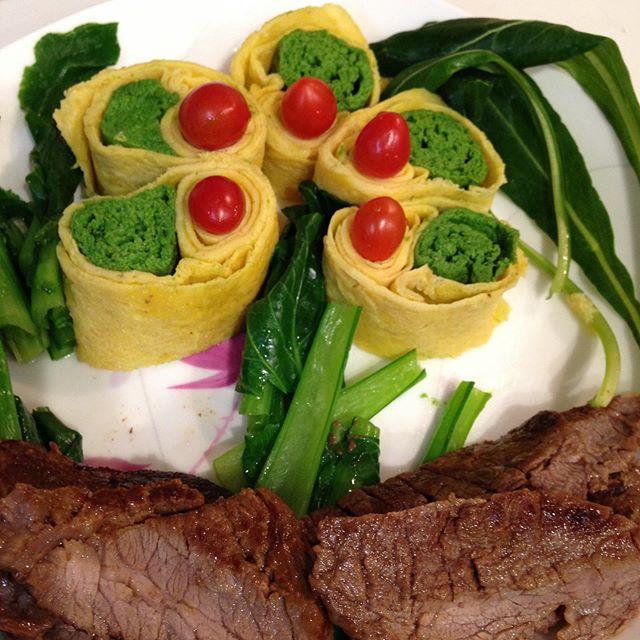 こんな食事なら野菜嫌いな子供も小松菜食べれるかも?小松菜はミキサーで卵とムース状に焼いてみました!飾り寿司が出きる人なら卵の白味と黄身の組み合わせでキャラにも可能です!