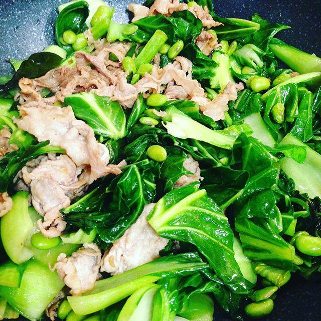 ケール、枝豆、青梗菜、豚肉をオイスターソース、塩、胡椒、ガーリックで炒めたお昼ご飯