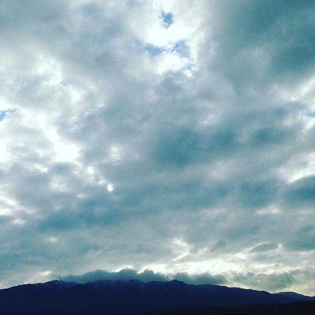 山の頂上は、雪雲が通過して畑に雪を降らしてますが、琵琶湖の比叡山、長浜付近から北西の風は雪の参考にしてます!119年振りの遅い雪は愛知で観測されたそうですが、ここは毎年雪は少なくても降ってます。