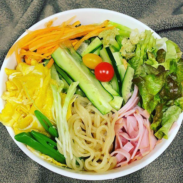 野菜てんこ盛り冷やし中華 サニーレタス、ニンジン、スナップえんどう、キャベツ、トマト、カリフラワー、ケールキャンディ、ハム、ゴマ、卵焼きを家の昼ご飯